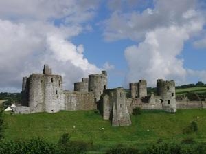 Kidwelly_castle_whole